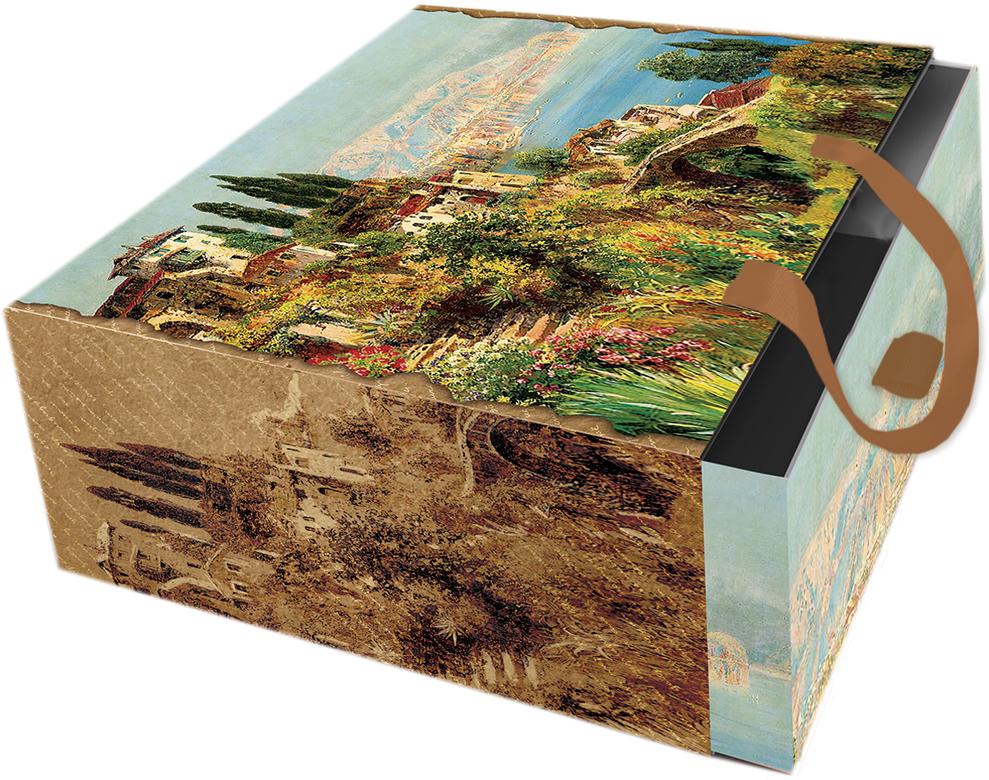 Подарочная коробка Итальянский городок из мелованного, ламинированного, негофрированного картона плотностью 1100 г/м2, с полноцветным декоративным рисунком на внутренней и наружной части, с ручкой-лентой из тесьмы (полиэстер). Окружите близких людей вниманием и заботой, вручив презент в нарядном, праздничном оформлении!