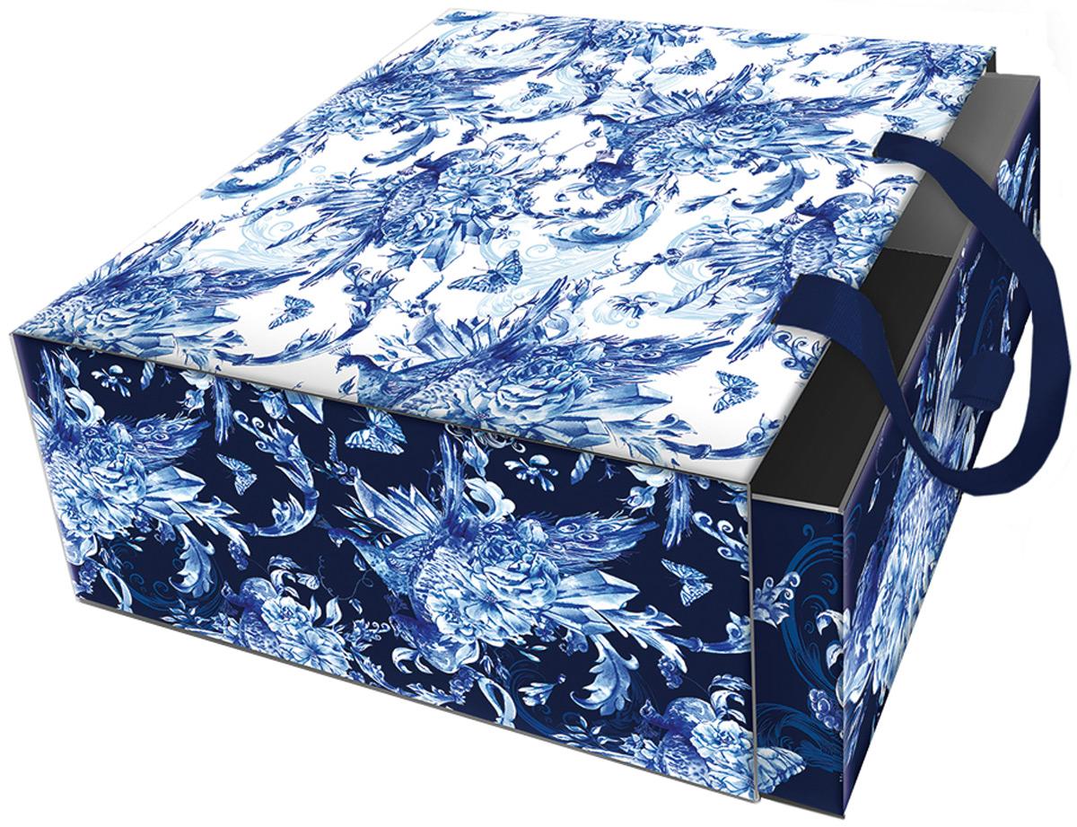 Подарочная коробка Голубые цветы из мелованного, ламинированного, негофрированного картона плотностью 1100 г/м2, с полноцветным декоративным рисунком на внутренней и наружной части, с ручкой-лентой из тесьмы (полиэстер). Окружите близких людей вниманием и заботой, вручив презент в нарядном, праздничном оформлении!