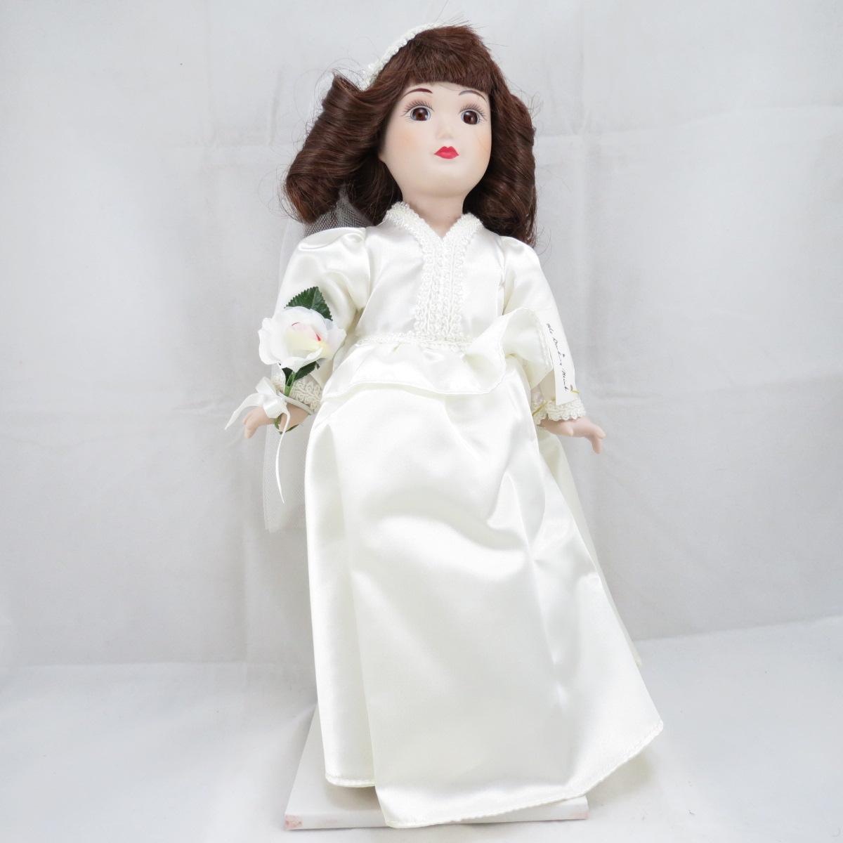 """Декоративная коллекционная фарфоровая кукла из серии """"Невесты Америки"""".  Название куклы - Линдси. Современная Невеста.  Фирма производитель - Danbury Mint, США. Высота Куклы - 32,5см. Сохранность - Очень хорошая, без сколов, трещин и царапин.  Используется исключительно в декоративных целях.  Коробка не является декоративной и предназначена для пересылки по почте, так что, может иметь пометки и потёртости, учитывая возраст куклы."""