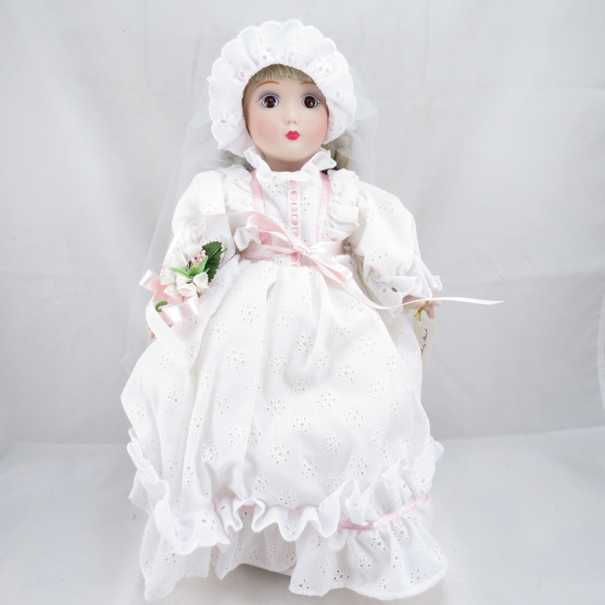"""Декоративная коллекционная фарфоровая кукла из серии """"Невесты Америки"""".  Название куклы - Сара. Невеста Освоения Дикого Запада.  Фирма производитель - Danbury Mint, США. Высота Куклы - 30,5см. Сохранность - Очень хорошая, без сколов, трещин и царапин.  Используется исключительно в декоративных целях.  Коробка не является декоративной и предназначена для пересылки по почте, так что, может иметь пометки и потёртости, учитывая возраст куклы."""