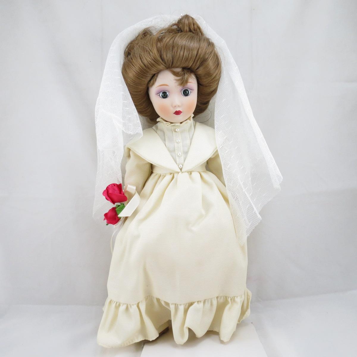 """Декоративная коллекционная фарфоровая кукла из серии """"Невесты Америки"""".  Название куклы - Екатерина. Невеста Гибсона.  Фирма производитель - Danbury Mint, США. Высота Куклы - 33см. Сохранность - Очень хорошая, без сколов, трещин и царапин.  Используется исключительно в декоративных целях.  Коробка не является декоративной и предназначена для пересылки по почте, так что, может иметь пометки и потёртости, учитывая возраст куклы."""