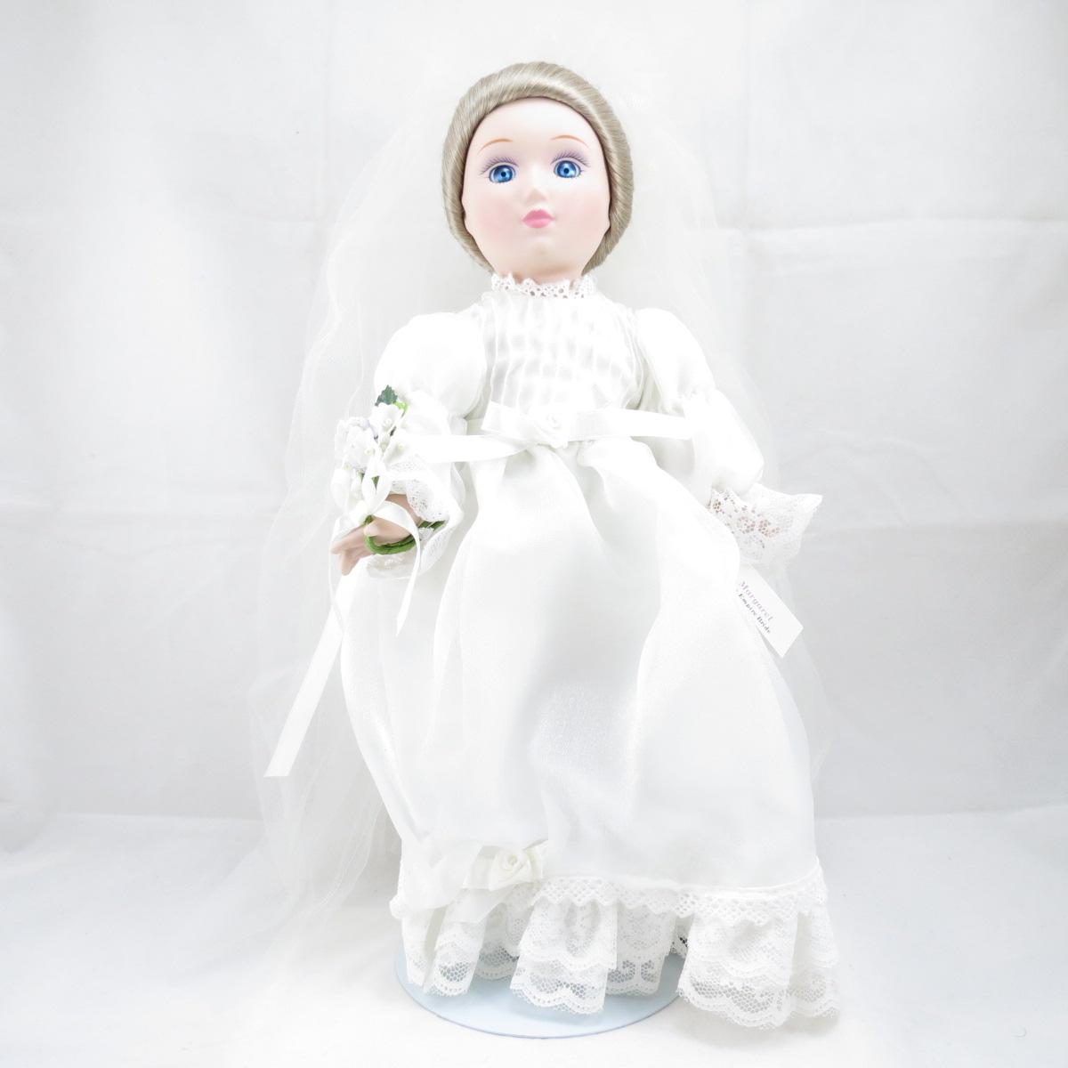 """Декоративная коллекционная фарфоровая кукла из серии """"Невесты Америки"""".Название куклы - Маргарет. Имперская Невеста. Фирма производитель - Danbury Mint, США.Высота Куклы - 33см.Сохранность - Очень хорошая, без сколов, трещин и царапин. Используется исключительно в декоративных целях. Коробка не является декоративной и предназначена для пересылки по почте, так что, может иметь пометки и потёртости, учитывая возраст куклы."""