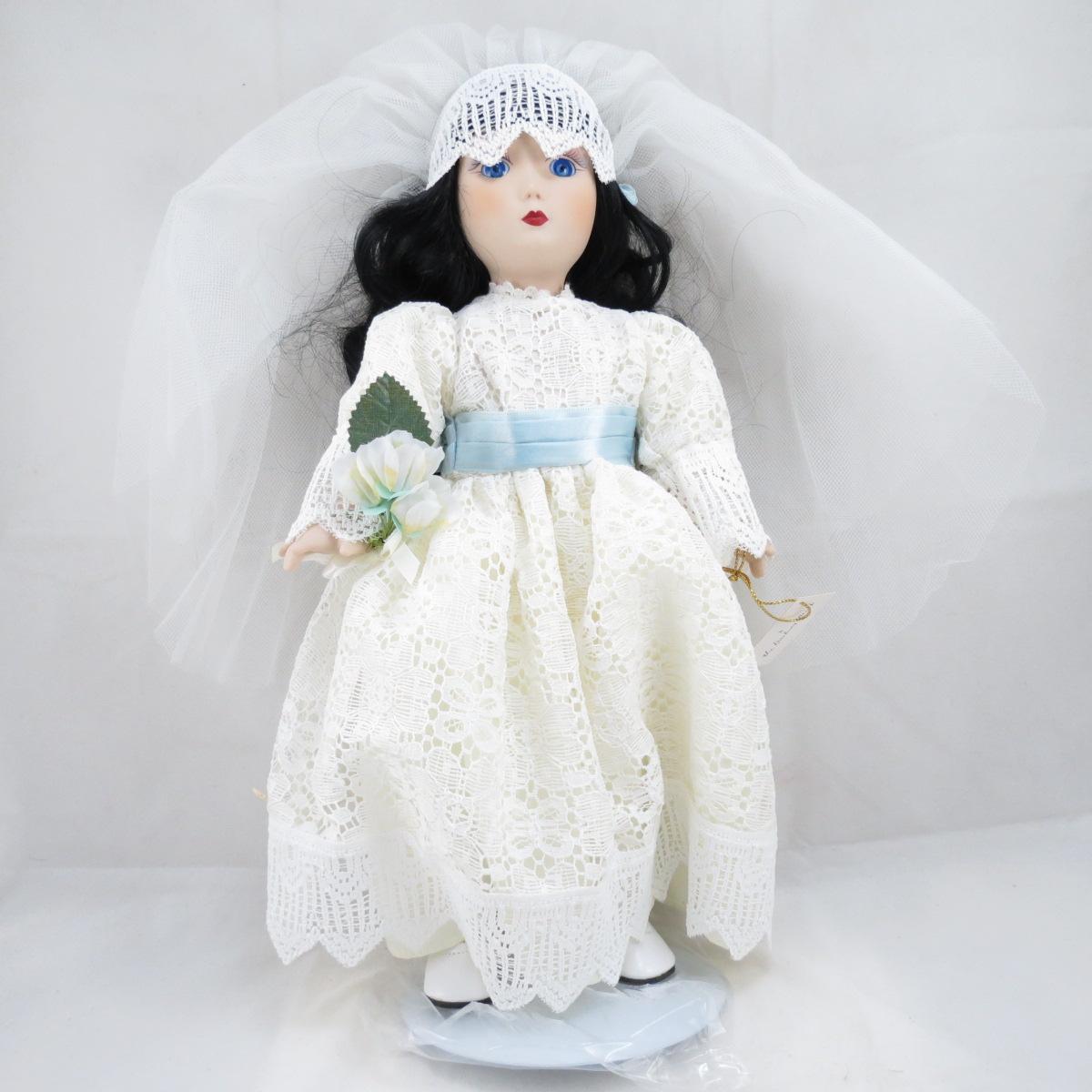 """Декоративная коллекционная фарфоровая кукла из серии """"Невесты Америки"""".  Название куклы - Мария. Невеста Пятидесятых.  Фирма производитель - Danbury Mint, США. Высота Куклы - 32,5см. Сохранность - Очень хорошая, без сколов, трещин и царапин.  Используется исключительно в декоративных целях.  Коробка не является декоративной и предназначена для пересылки по почте, так что, может иметь пометки и потёртости, учитывая возраст куклы."""