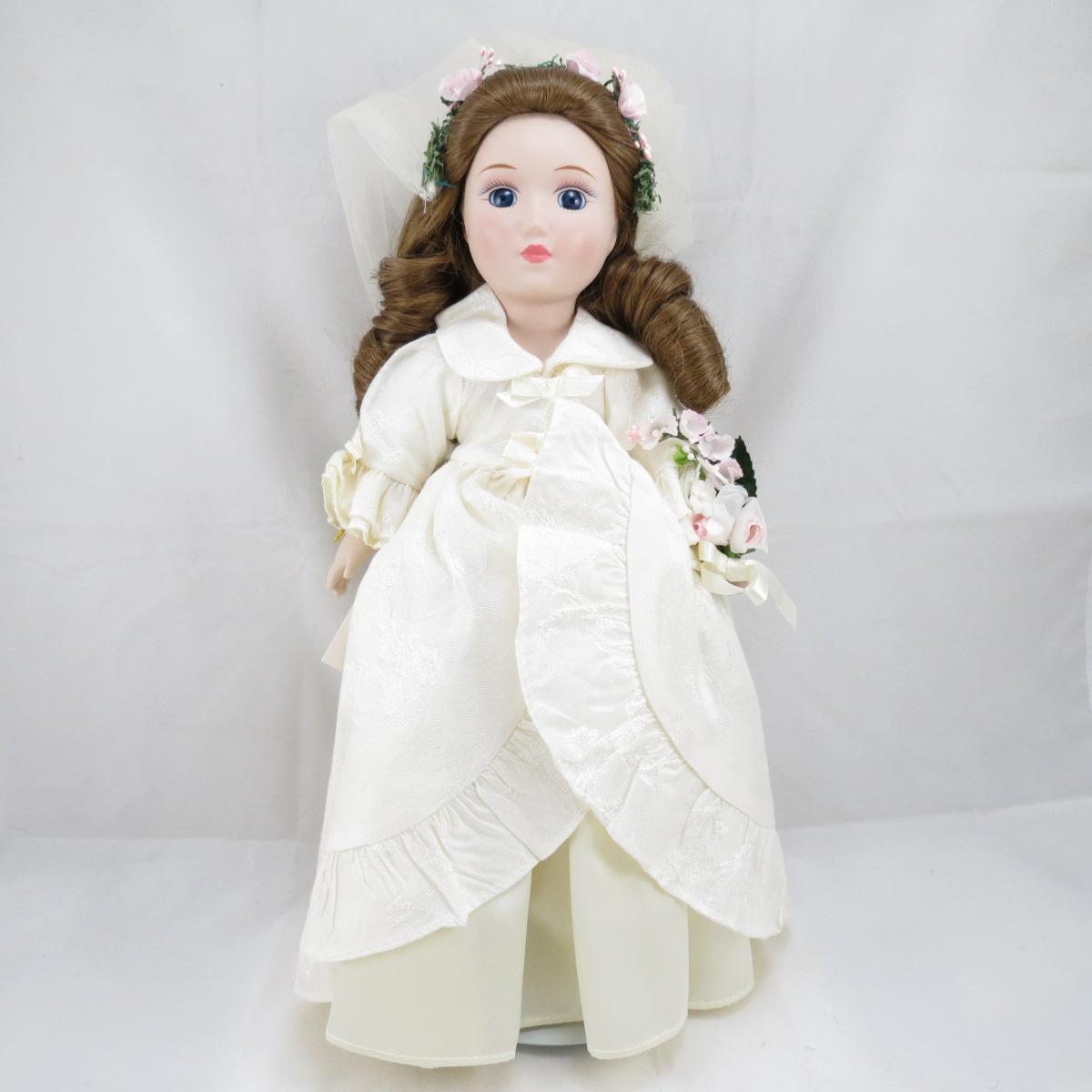 """Декоративная коллекционная фарфоровая кукла из серии """"Невесты Америки"""".  Название куклы - Эбигейл. Колониальная Невеста.  Фирма производитель - Danbury Mint, США. Высота Куклы - 31,5см. Сохранность - Очень хорошая, без сколов, трещин и царапин.  Используется исключительно в декоративных целях.  Коробка не является декоративной и предназначена для пересылки по почте, так что, может иметь пометки и потёртости, учитывая возраст куклы."""