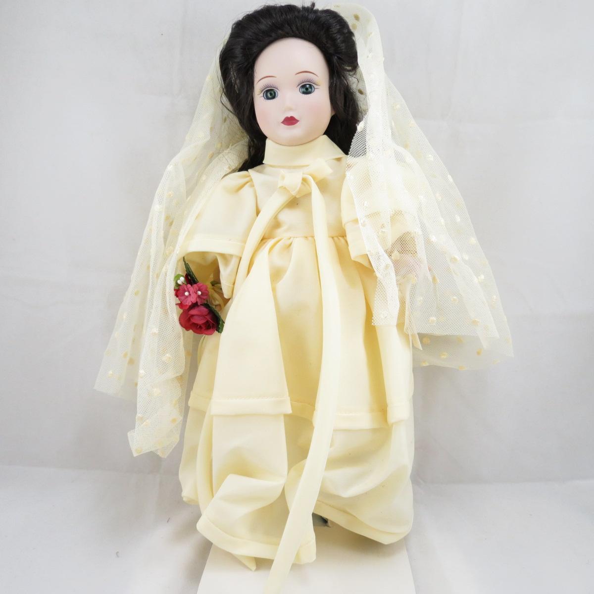 """Декоративная коллекционная фарфоровая кукла из серии """"Невесты Америки"""".Название куклы - Линдси. Современная Невеста. Фирма производитель - Danbury Mint, США.Высота Куклы - 32,5см.Сохранность - Очень хорошая, без сколов, трещин и царапин. Используется исключительно в декоративных целях. Коробка не является декоративной и предназначена для пересылки по почте, так что, может иметь пометки и потёртости, учитывая возраст куклы."""