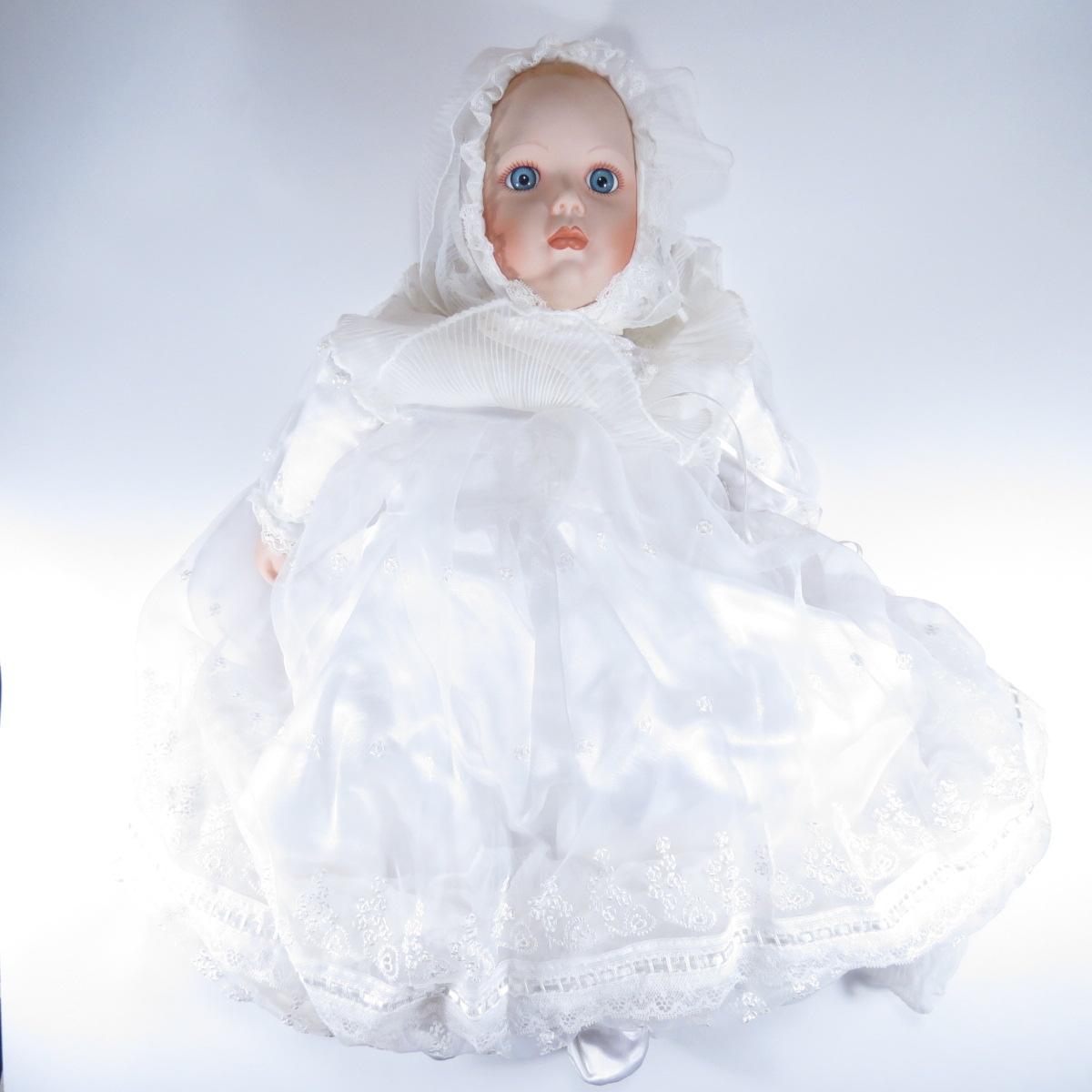 """Декоративная коллекционная фарфоровая кукла из серии """"Крещение"""" в соответсвующей одежде, с подушечкой для младенца и золочёным браслетом с натуральным гранатом.  Название куклы - Младенец. Крещение.  Фирма производитель - Danbury Mint, США. Высота Куклы - 50см. Сохранность - Очень хорошая, без сколов, трещин и царапин.  Используется исключительно в декоративных целях.  Коробка не является декоративной и предназначена для пересылки по почте, так что, может иметь пометки и потёртости, учитывая возраст куклы."""