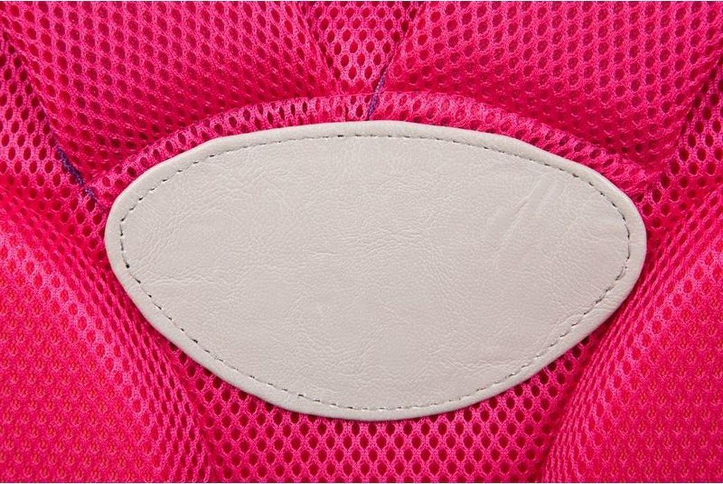 Ранец для девочки ортопедический каркасный, с эргономичной спинкой, жестким дном и регулируемыми лямками. Ширина лямок 6 см. Каркас выполнен из полимерного Материала, схожего с пластиком, но более легким. Ткань - полиэстeр. Имеет 3 кармана на молнии. 1 внутренний отдел. Светоотражательные элементы на переднем кармане и лямках будут способствовать безопасности ребенка на проезжей части в темное время суток. Предназначен для учащейся начальных классов. Размер изделия - 350х300х170 мм. Вес изделия - 1 кг. Объем - 12 л.