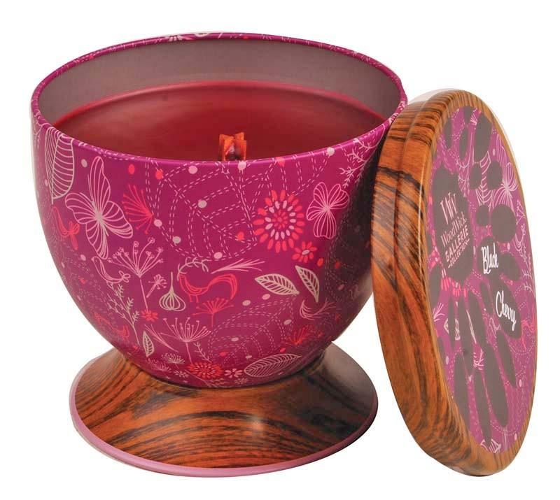 Сладкий и постоянный аромат зрелой вишни. Ароматические свечи от WoodWick позволят вам почувствовать уютный комфорт пылающего камина в любом месте вашего дома, благодаря фитилю, сделанного из органического дерева. У свечи длинное танцующее пламя и успокаивающее потрескивание при горении. Изготовлена она из высококачественной соевой восковой смеси, которая равномерно сгорает и выделяет разные ароматы. Все свечи имеют металлическую упаковку и древесную крышку. Эти роскошно душистые свечи будут гореть примерно в течение 50 - 80 часов.