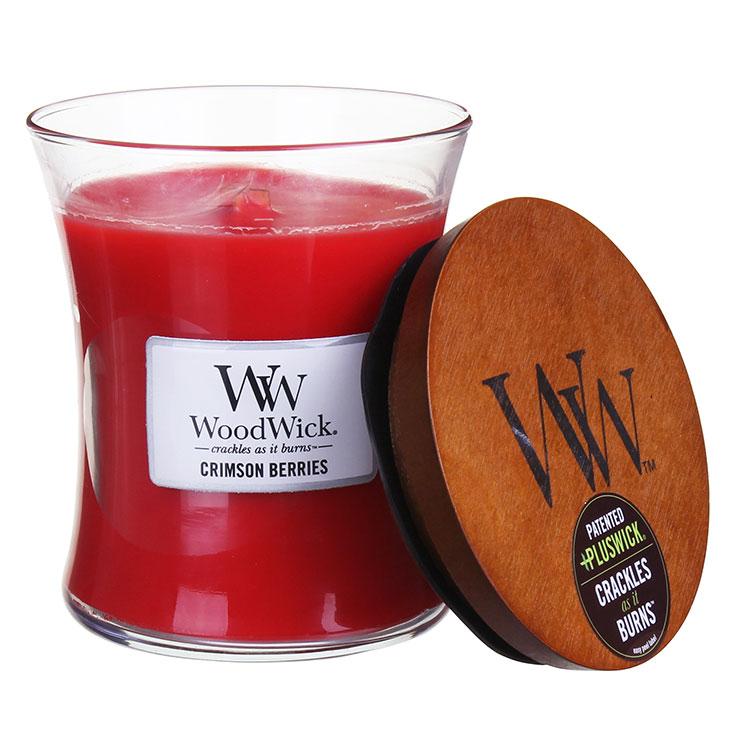 Свеча ароматизированная WoodWick Багровые ягоды, высота 11 см92080Аромат сочной клубники и рождествеских ягод, специй, миндаля и омелы. Ароматические свечи от WoodWick позволят вам почувствовать уютный комфорт пылающего камина в любом месте вашего дома, благодаря фитилю, сделанного из органического дерева. У свечи длинное танцующее пламя и успокаивающее потрескивание при горении. Изготовлена она из высококачественной соевой восковой смеси, которая равномерно сгорает и выделяет разные ароматы. Все свечи имеют стеклянную упаковку и древесную крышку. Эти роскошно душистые свечи будут гореть примерно в течение 60 - 100 часов.