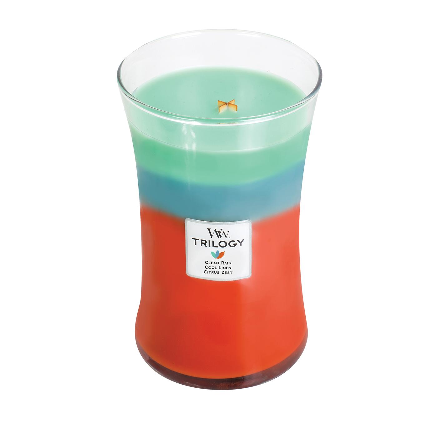 Восхитительный трехслойный аромат состоит из Clean Rain, Cool Linen и Citrus Zest. Clean Rain - этот запах, нейтрализующий аромат, напоминает запахи, сразу после весеннего дождя. Cool Linen - этот аромат, нейтрализующий запах, дает вам запах чистого, высушенного на солнце льна (чистого белья)на свежим воздухе. Citrus Zest - этот аромат, нейтрализующий запах, содержит бодрящий апельсин в сочетании с нотами лимонной цедры и мандаринового расцвета. Ароматические свечи от WoodWick позволят вам почувствовать уютный комфорт пылающего камина в любом месте вашего дома, благодаря фитилю, сделанного из органического дерева. У свечи длинное танцующее пламя и успокаивающее потрескивание при горении. Изготовлена она из высококачественной соевой восковой смеси, которая равномерно сгорает и выделяет разные ароматы. Все свечи имеют стеклянную упаковку и древесную крышку. Эти роскошно душистые свечи будут гореть примерно в течение 130 -180 часов.