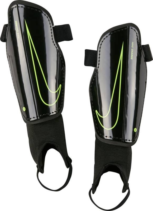 Щитки футбольные детские Nike Charge 2.0, цвет: черный. Размер SSP2079-010Nike Charge 2. КОМФОРТНЫЙ НИЗКИЙ ПРОФИЛЬ ЗАЩИТА ОТ ХОЛОДА. Выйди на поле с дополнительным слоем защиты — детскими футбольными щитками для Nike Charge 2.. Анатомический каркас из полипропилена с низким профилем обеспечивает комфорт, а прослойка из пенистого ЭВА гарантирует дополнительную защиту. Анатомическая форма повторяет контуры голени, а отсутствие застежек обеспечивает оптимальный комфорт. Полипропиленовый каркас с низким профилем защищает от ударных нагрузок. Литая прослойка из пенистого ЭВА для дополнительной защиты там, где это необходимо. Внешние желобки для умеренной гибкости. 1% ТЕКСТИЛЬ