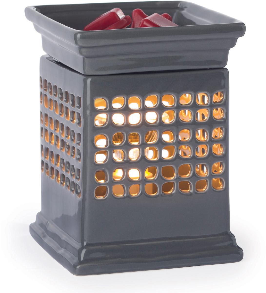 Аромалампа настольная Candle Warmers Куб / Quadra, цвет: серыйSWQDRАромасветильник настольный Candle Warmers. Красивый светильник, с помощью которого можно не только создать уютную атмосферу, но и ароматизировать помещение. Для ароматизации, просто добавьте воск, включите, и наслаждайтесь вашим любимым ароматом в комнате. Аромасветильник в стиле куб, темно-серых теплых оттенков с вырезанными узорами четырехлистника.