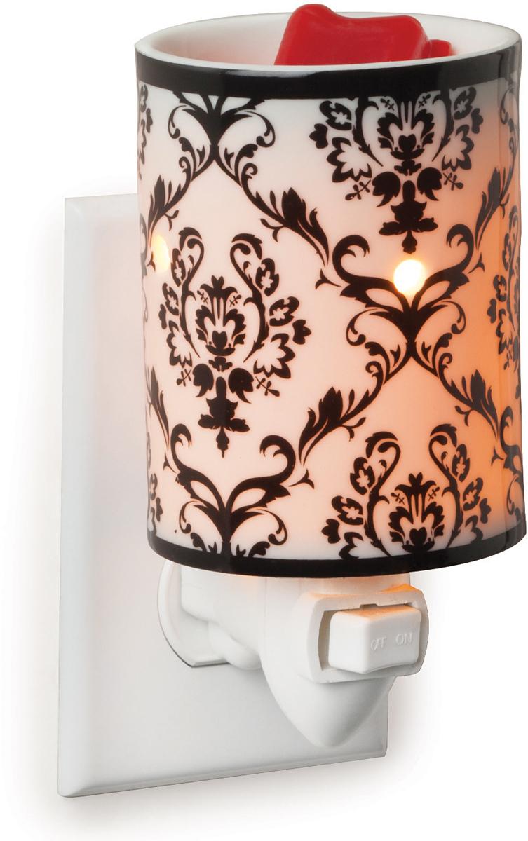 Аромасветильник розеточный Candle Warmers.  Красивый светильник, с помощью которого можно не только создать уютную атмосферу, но и ароматизировать помещение. Для ароматизации, просто добавьте воск, включите, и наслаждайтесь вашим любимым ароматом в комнате.   Белый фарфор и декоративный черный рисунок повторяет узор дамасского фарфора.