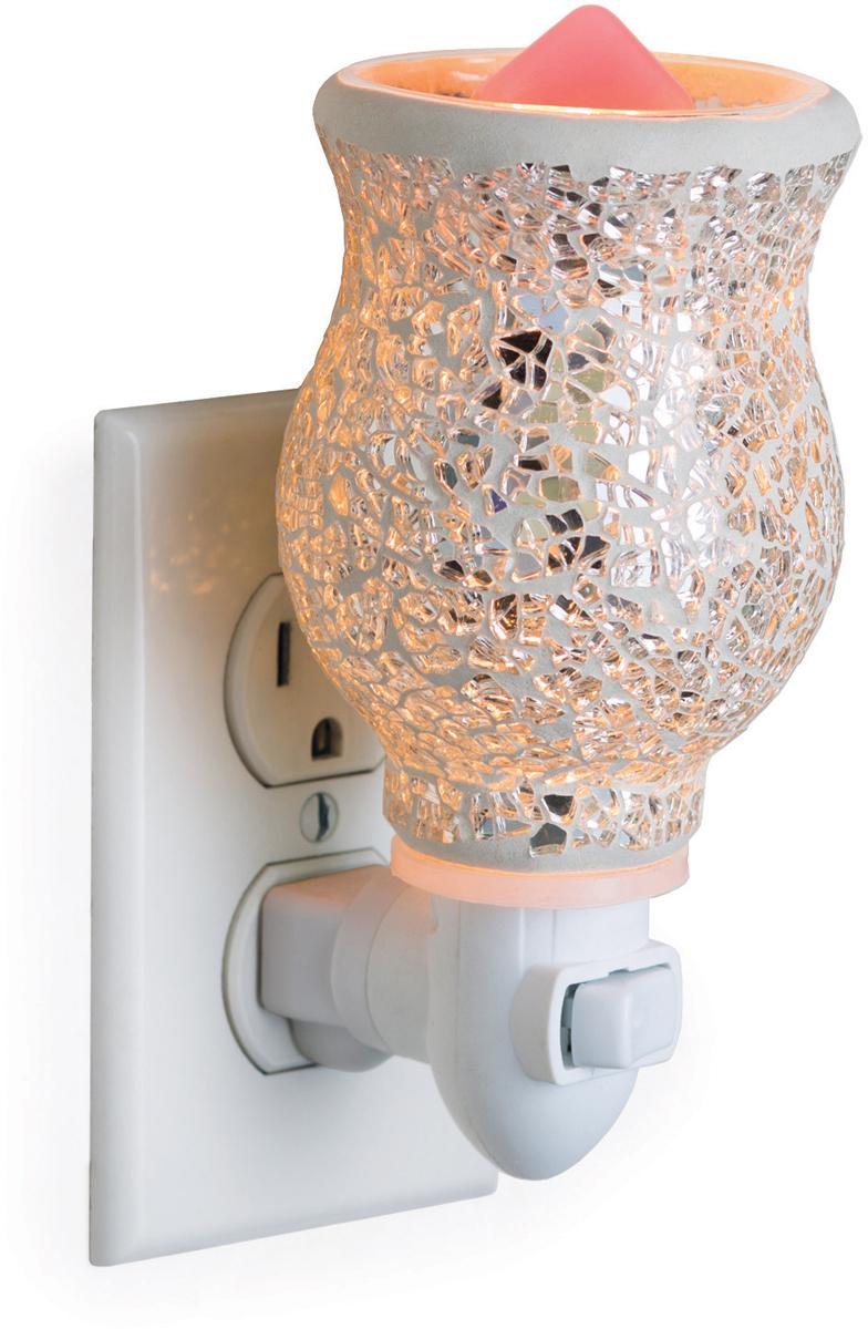 Аромасветильник розеточный Candle Warmers. Красивый светильник, с помощью которого можно не только создать уютную атмосферу, но и ароматизировать помещение. Для ароматизации, просто добавьте воск, включите, и наслаждайтесь вашим любимым ароматом в комнате. Серебряная стеклянная мозаика аромасветильника сверкает и излучает мягкое свечение.