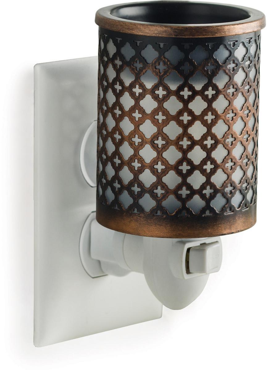 Аромасветильник розеточный Candle Warmers.  Красивый светильник, с помощью которого можно не только создать уютную атмосферу, но и ароматизировать помещение. Для ароматизации, просто добавьте воск, включите, и наслаждайтесь вашим любимым ароматом в комнате.   Металлический аромасветильник с геометрическим рисунком Марокко перенесет вас в экзотические места и наполнит ваш интерьер любимым ароматом.
