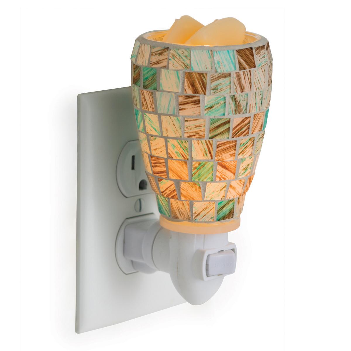 Аромасветильник розеточный Candle Warmers. Красивый светильник, с помощью которого можно не только создать уютную атмосферу, но и ароматизировать помещение. Для ароматизации, просто добавьте воск, включите, и наслаждайтесь вашим любимым ароматом в комнате. Свет проникает через квадратные стеклянные плитки в естественных коричневых тонах и освещает ваш интерьер.