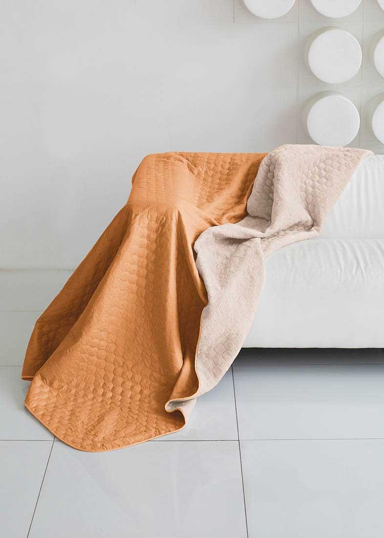 Плед (покрывало) из искусственного меха непременно станет ярким акцентом в интерьере. С его помощью можно красиво и уютно оформить кровать, диван или кресло. Плед имеет мягкую, приятную на ощупь подкладку под замшу. Пледы (покрывала) смотрятся богато и изысканно, способны создать атмосферу спокойствия и уюта, как в загородном доме, так и в городской квартире. Микрофибра - материал высочайшего качества, изготовленный из сложных микроволокон, передающий уникальное и невероятное чувство мягкости. Ткань из микрофибры дышащая, устойчива к загрязнениям и пятнам, сохраняет свой высококачественный внешний вид и уникальную мягкость в течение всего срока службы.Синтепон - мягкое и объёмное волокно, синтетический аналог хлопковой ваты. Синтепон производится из полиэфира, который отталкивает пыль и не имеет запаха, поэтому синтепоновое покрывало - идеальный выбор для людей, страдающих от аллергии. Синтепон совершенно безопасен и прост в уходе, его можно стирать и сушить в машине.Кант на пледах и покрывалах имеет не только практическое, но и эстетическое значение. Обычный кант выполняется из вискозы или атласа, он почти незаметный и служит для сохранения формы изделия. Декоративный кант обычно довольно широкий, выполнен из контрастной ткани или из ткани в тон. Зачастую декоративный кант украшен вышивкой, стразами или кружевом.Стежка на покрывалах и пледах позволяет зафиксировать наполнитель и подкладку. Стежки бывают нескольких видов: обычная - выполняется нитками и имеет простой вид (линии, круги, волны); термостежка (ультрастеп) - ткань и утеплитель (или подкладка) соединяются между собой без применения ниток путем термоскрепления с одновременным нанесением тисненого рисунка; фигурная стежка - выполнена нитками или же термостежкой, при этом выполняется в виде сложных узоров на изделии (вензеля, цветы и т.п.).