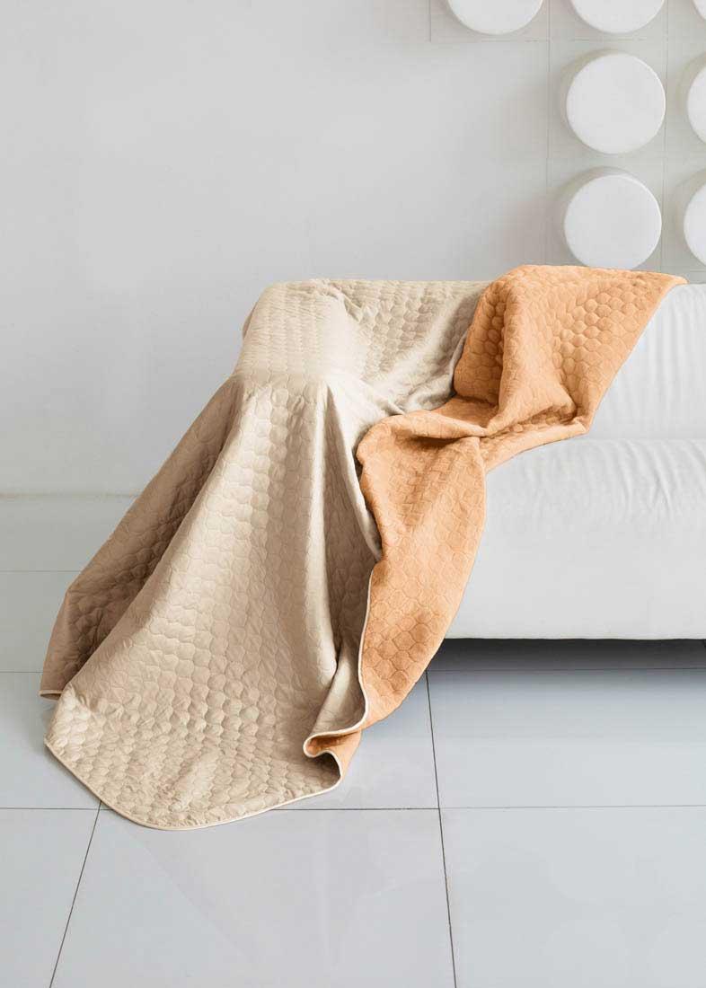 Одеяло Sleep iX, наполнитель: синтепон, цвет: бежевый, оранжевый, 160 х 220 см. pva229311pva229311Одеяло Sleep iX выполнено из микрофибры и искусственного меха. Микрофибра - материал высочайшего качества, изготовленный из сложных микроволокон, передающий уникальное и невероятное чувство мягкости. Ткань из микрофибры дышащая, устойчива к загрязнениям и пятнам, сохраняет свой высококачественный внешний вид и уникальную мягкость в течении всего срока службы. Искусственный мех имеет мягкую, приятную на ощупь поверхность под замшу. В качестве наполнителя используется синтепон. Это мягкое и объемное волокно, синтетический аналог хлопковой ваты. Синтепон производится из полиэфира, который отталкивает пыль и не имеет запаха, поэтому этот материал — идеальный выбор для людей, страдающих от аллергии. Синтепон совершенно безопасен и прост в уходе, его можно стирать и сушить в машине.Одеяло дополнено стежкой и кантом по краю. Стежка позволяет не только зафиксировать наполнитель, но также она может стать дополнительным украшением изделия.