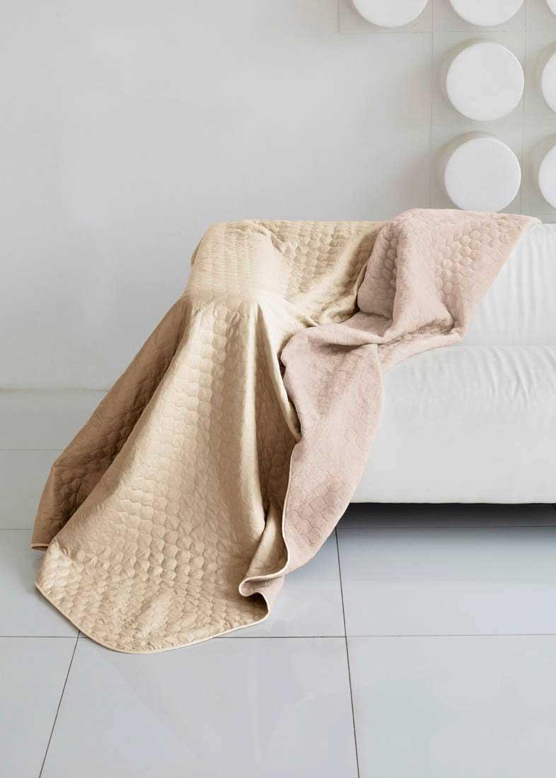 Одеяло Sleep iX, наполнитель: синтепон, цвет: бежевый, розовый, 200 х 220 см. pva254930pva254930Плед (покрывало) из искусственного меха непременно станет ярким акцентом в интерьере. С его помощью можно красиво и уютно оформить кровать, диван или кресло. Пледы (покрывала) из искусственного меха разнообразны по фактуре и цветовой гамме, они имитируют мех различных животных, имеют мягкую, приятную на ощупь подкладку под замшу. Пледы (покрывала) смотрятся богато и изысканно, способны создать атмосферу спокойствия и уюта, как в загородном доме, так и в городской квартире. За пледом (покрывалом) из искусственного меха проще ухаживать, чем натуральным. Плед (покрывало) из натурального меха стоит намного дороже, ведь они экологичны. Микрофибра - материал высочайшего качества, изготовленный из сложных микроволокон, передающий уникальное и невероятное чувство мягкости. Ткань из микрофибры дышащая, устойчива к загрязнениям и пятнам, сохраняет свой высококачественный внешний вид и уникальную мягкость в течении всего срока службы.Синтепон — мягкое и объёмное волокно, синтетический аналог хлопковой ваты. Синтепон производится из полиэфира, который отталкивает пыль и не имеет запаха, поэтому синтепоновое покрывало — идеальный выбор для людей, страдающих от аллергии. Синтепон совершенно безопасен и прост в уходе, его можно стирать и сушить в машине.Кант на пледах и покрывалах имеет не только практическое значение, но может быть и красивым декором. Обычный кант выполняется из вискозы или атласа, он почти незаметный и служит для сохранения формы изделия. Декоративный кант обычно довольно широкий, выполнен из контрастной ткани или из ткани в тон. Зачастую декоративный кант украшен вышивкой, стразами или кружевом.Стежка на покрывалах и пледах позволяет не только зафиксировать наполнитель и подкладку, но также она может стать дополнительным украшением изделия. Стежки бывают нескольких видов: обычная - выполняется нитками, обычно имеет простой вид (линии, круги, волны); термостежка (ульт