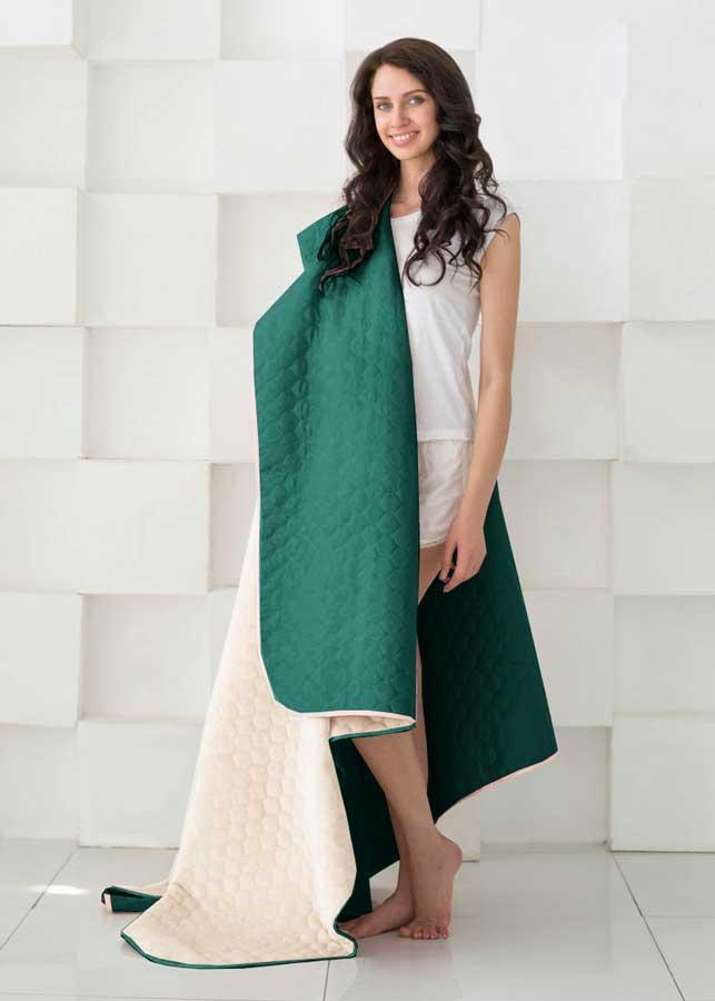 Одеяло Sleep iX, наполнитель: синтепон, цвет: темно-зеленый, бежевый, 160 х 220 см. pva316937pva316937Микрофибра - материал высочайшего качества, изготовленный из сложных микроволокон, передающий уникальное и невероятное чувство мягкости. Ткань из микрофибры дышащая, устойчива к загрязнениям и пятнам, сохраняет свой высококачественный внешний вид и уникальную мягкость в течении всего срока службы. Плед (покрывало) из искусственного меха непременно станет ярким акцентом в интерьере. С его помощью можно красиво и уютно оформить кровать, диван или кресло. Пледы (покрывала) из искусственного меха разнообразны по фактуре и цветовой гамме, они имитируют мех различных животных, имеют мягкую, приятную на ощупь подкладку под замшу. Пледы (покрывала) смотрятся богато и изысканно, способны создать атмосферу спокойствия и уюта, как в загородном доме, так и в городской квартире. За пледом (покрывалом) из искусственного меха проще ухаживать, чем натуральным. Плед (покрывало) из натурального меха стоит намного дороже, ведь они экологичны.Синтепон — мягкое и объёмное волокно, синтетический аналог хлопковой ваты. Синтепон производится из полиэфира, который отталкивает пыль и не имеет запаха, поэтому синтепоновое покрывало — идеальный выбор для людей, страдающих от аллергии. Синтепон совершенно безопасен и прост в уходе, его можно стирать и сушить в машине.Кант на пледах и покрывалах имеет не только практическое значение, но может быть и красивым декором. Обычный кант выполняется из вискозы или атласа, он почти незаметный и служит для сохранения формы изделия. Декоративный кант обычно довольно широкий, выполнен из контрастной ткани или из ткани в тон. Зачастую декоративный кант украшен вышивкой, стразами или кружевом.Стежка на покрывалах и пледах позволяет не только зафиксировать наполнитель и подкладку, но также она может стать дополнительным украшением изделия. Стежки бывают нескольких видов: обычная - выполняется нитками, обычно имеет простой вид (линии, круги, волны); термостежка