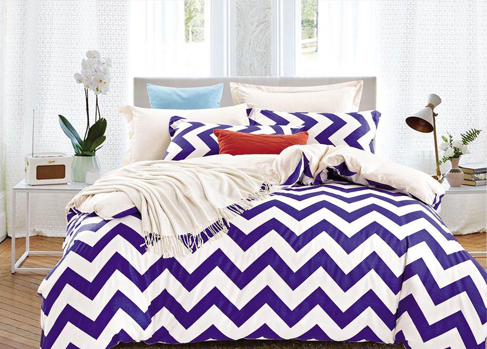 Комплект постельного белья Tango Wilburn, 1,5-спальный, наволочки 50x70, цвет: белый, фиолетовыйtan198086Наволочки с декоративным кантом особенно подойдут, если вы предпочитаете класть подушки поверх покрывала. Кайма шириной 5-10 см с трех или четырех сторон делает подушки визуально более объемными, смотрятся они очень аккуратно, даже парадно. Еще такие наволочки называют оксфордскими или наволочками «с ушками».Сатин средней плотности – золотая середина среди сатинового постельного белья. Он достаточно плотный, долго не изнашивается, но стоит дешевле сатина повышенной плотности. Комплект из сатина не блестит как шелк, но приятен на ощупь и довольно мягкий. Краска на этой ткани держится очень хорошо: новое белье не полиняет и со временем не станет выцветать.