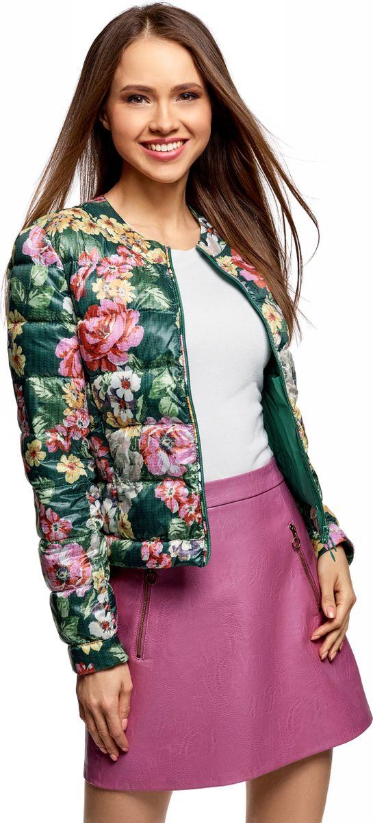 Куртка женская oodji Ultra, цвет: темно-зеленый. 10203072B/42257/6955F. Размер 38 (44-170)10203072B/42257/6955FУкороченная стеганая куртка с застежкой на молнию. Модель с круглым вырезом, без дополнительных деталей и сложных декоративных элементов смотрится сдержанно и элегантно. Легкая и теплая куртка согреет вас в прохладную погоду. Модель прямого кроя хорошо сидит на фигурах разного типа. Стеганая куртка органично впишется в ваш повседневный гардероб. Вы комфортно дополните ей свой наряд, отправляясь на работу, учебу, прогулку или свидание. Модель гармонично сочетается с джинсами, брюками разного фасона и, конечно же, юбками. Куртка с круглым вырезом прекрасно смотрится сама по себе, а также в комплекте с шарфами или палантинами. В ней вы всегда будете выглядеть обворожительно.