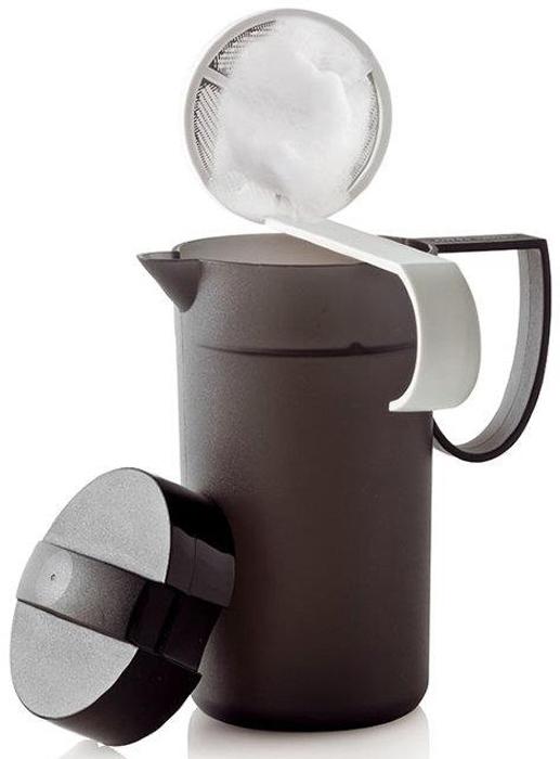 Вспениватель для молока состоит из кувшина с матовой поверхностью, прикрывающей крышки 4 класса, белой разливательной ложки с металлической сеточкой.Кувшин имеет удобную дугообразную ручку.Все части изделия выполнены из высококачественного полимера.