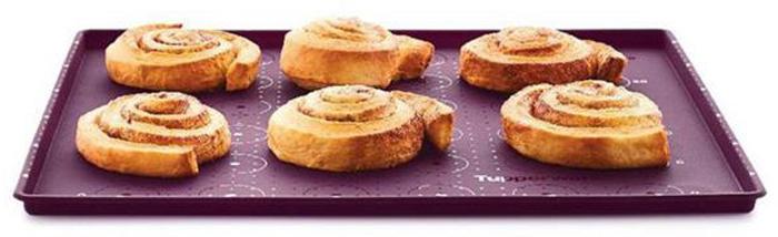 Силиконовый противень идеально подходит для приготовления многослойной выпечки.Используя противень, коржи торта получатся одной толщины и равномерно пропеченными как у профессионально кондитера. Разметка – подсказка на противне поможет рассчитать размер коржа, количество печений, длину эклеров.При высоте бортика 1 см в изделии выпекается один ровный слой бисквита. Далее на корж наносится начинка и быстро формируется рулет. По такому же принципу можно готовить рулет из омлета, импровизируя с начинками из шпината, сельдерея, болгарского перца.Изделие может быть использовано для запекания яблок, овощей, курицы, картошки, свинины, рыбы. Бортик препятствует растеканию жидкости.Так как противень гибкий, то пища легко извлекается путем надавливания с внешней стороны дна.