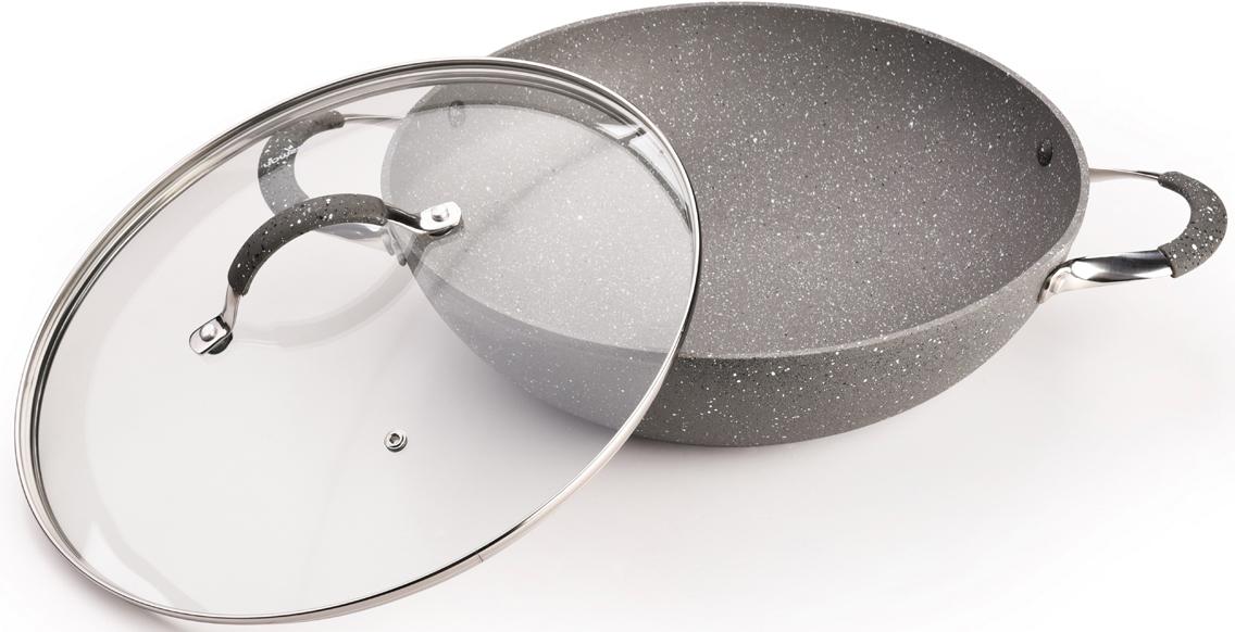 Сковорода-вок Iron Stone изготовлена из литого алюминия с многослойным  антипригарным покрытием Platinum Forte. Главное преимущество покрытия -  это система многослойного сверхпрочного покрытия из нескольких слоев  каменной крошки на основе минеральных компонентов. Такое антипригарное  покрытие безопасно для здоровья человека и окружающей среды. Сковорода  обладает великолепными антипригарными свойствами, она долговечна,  износостойка. Новая система пористого антипригарного покрытия позволяет  прожаривать продукты до хрустящей корочки. Стильная, удобная, долговечная  сковорода-вок Iron Stone найдет свое место на любой кухне.