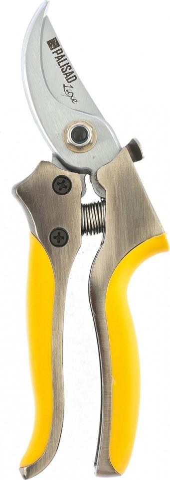 Закаленное режущее лезвие секатора обеспечивает чистый и аккуратный срез.  Закругленное опорное лезвие надежно удерживает ветку во время работы.  Алюминиевые цельнолитые обрезиненные рукоятки делают инструмент надежным в использовании.  Удобный замок надежно фиксирует лезвия в закрытом состоянии.