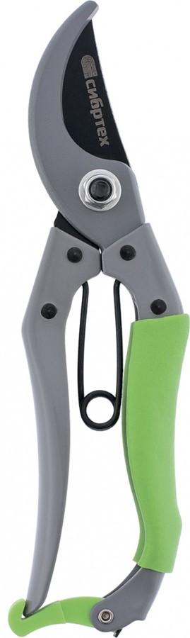 """Закаленное режущее лезвие секатора """"Сибртех"""" обеспечивает чистый и аккуратный срез.  Закругленное опорное лезвие надежно удерживает ветку во время работы.  Цельнометаллические рукоятки делают инструмент надежным в использовании.  Резиновая накладка на верхней рукоятке предотвращает выскальзывание инструмента из руки при работе."""