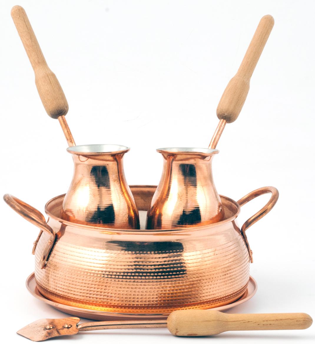 """Набор для приготовления кофе на песке TimA """"Тет-а-Тет"""" состоит из двух турок (150 мл.), подноса (18 см.), жаровни с кварцевым песком и лопатки. Предназначен для приготовления кофе по-восточному в горячем песке в домашних условиях. Благодаря такой технике приготовления, напиток приобретает богатый и насыщенный вкус. У турки, помещенной в горячий песок, прогревается не только дно, но еще и стенки. Жаровню с песком ставим на плиту, чтобы песок прогрелся, равномерно помешиваем его лопаткой, которая входит в набор. Пока песок прогревается всыпаем в турку кофе тонкого помола и заливаем горячей или холодной водой. Далее, погружаем медную турку в горячий песок и легко вращаем ее. Как только в горлышке турки появится пенка, сразу же снимаем ее с песка. Повторяем это действие 2-3 раза, не давая пенке выплеснуться. Как только пенка станет более светлой и воздушной, разливаем кофе в прогретые чашки."""