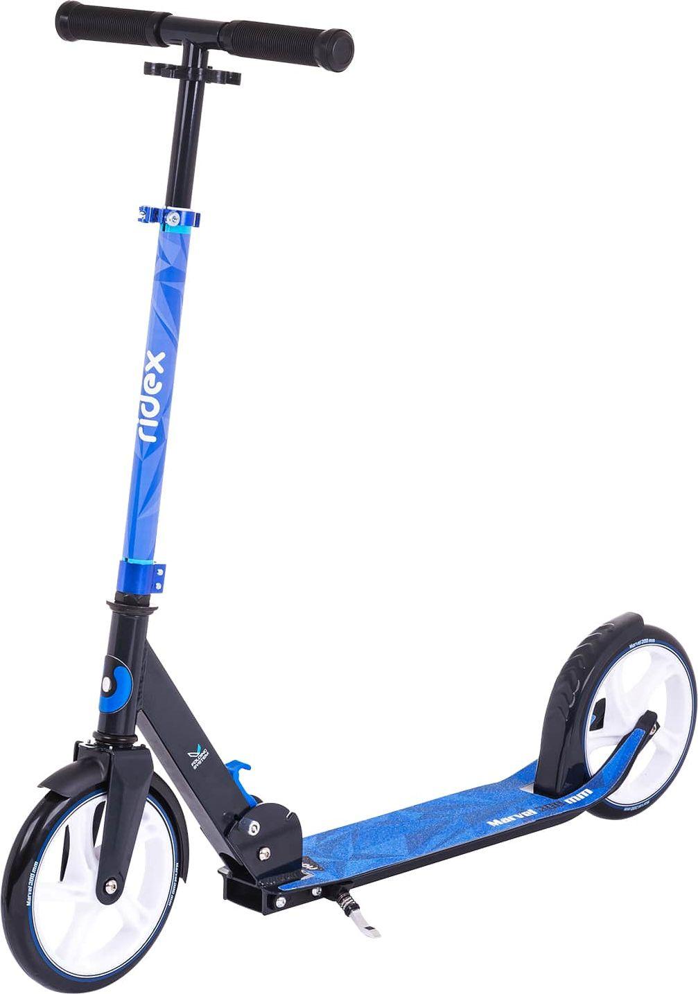 Самокат Ridex Marvel, 2-колесный, цвет: синий, черный, 200 ммУТ-00011568Самокат Marvel с большими 200-миллиметровыми колесами хорошо поглощает неровности дорожного покрытия. Плавность хода повышается. Увеличенный диаметр колеса позволяет развивать большую скорость и удерживать ее, совершая меньше отталкиваний ногой. В этом поможет и низкая дека: расстояние до дорожного покрытия меньше, нога не перенапрягается. Теперь даже значительные расстояния Вы преодолеете без особых усилий и с максимальным комфортом! Дизайн может похвастаться необычным принтом на шкурке деки.Характеристики:Состав конструкции: 100% высокопрочный алюминийРуль, высота (см): 78/84/90Грипсы, материал: резина Дека, длина (см): 52,5Дека, ширина (см): 12Колеса, диаметр (мм): 200Колеса: полиуретан Подшипник: ABEC - 7Система складывания: естьАмортизатор: отсутствуетМаксимальный вес пользователя, кг: 100Вес без коробки, кг: 3,85