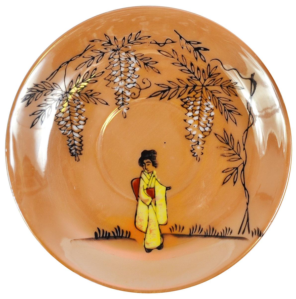 """Блюдце """"Гейша"""". Костяной фарфор, роспись, люстр, ручная работа. Япония, Nippon, 1960 гг.  Диаметр 13 см.  Сохранность очень хорошая. Без сколов, без утрат.  На основании имеется клеймо красного цвета в виде иероглифов Nichi и Hon (Nippon).  Блюдце украшено изображением японки в традиционном кимоно."""