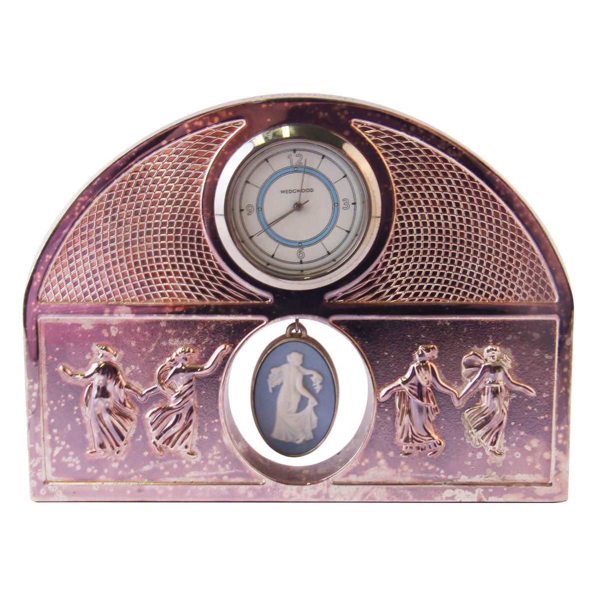 Высота 9 см, длина 12 см, ширина 2,5 см. Сохранность хорошая. Часы работают от батарейки типа LR1.На основании клеймо WEDGWOOD. Корпус часов выполнен из металла серебристого оттенка.  Великолепный оригинальный подарок и прекрасное дополнение Вашей коллекции! Фарфоровые и фаянсовые изделия фабрики Веджвуд (Wedgwood) считаются общепризнанным эталоном утонченной эстетики и английского качества.