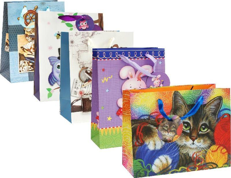 Оригинальныеподарочные пакетыстанут прекрасным дополнением для вашего подарка . Пакеты выполнены из качественной плотной бумаги с хорошей печатью, объемные элементы на пакете придают дополнительный яркий акцент.  Набор пакетов Бери-Дари. Количество: 5 шт В наборе: пакет Котик с клубочками, пакет Розовый зайка, пакет Опять в школу, пакет Ожидание гостей, пакет Большое плавание  Материал: бумага Толщина бумаги: 210 г /м2 Размер : 18 х 23 х 10 cм.