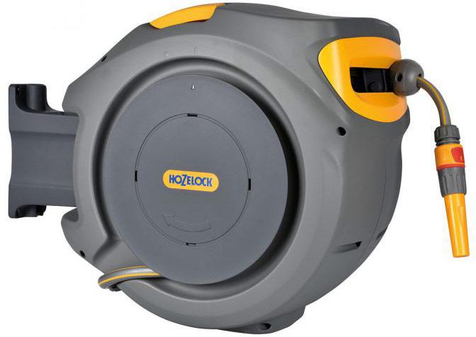 Катушка HoZelock 2402 настенная AutoReel с шлангом 25 м 11 мм + 2 м 11,5 мм в комплекте. • Автоматическая система намотки шланга• Закрытый корпус защищает шланг от износа, повреждений и сохраняет его в чистоте• Корпус катушки крепится к стене и поворачиваеться на 180 градусов• Предусмотрен замок-защита от детей, во избежание ненадлежащего использования, а также функция запирания для предотвращения кражиС катушкой AutoReel вытягивать шланг стало гораздо легче, шланг вытягивается на нужную длину без усилий на любом этапе размотки благодаря модернизированному стальному пружинному механизму. После окончания поливочных работ потяните шланг с минимальным усилеем, чтобы деактивировать блокировку, и шланг сворачивается в катушку ровным слоем, без перегибов и перекручивания, а Ваши руки остаются чистыми. Механическая система укладки в передней части корпуса плавно направляет шланг для равномерной намотки по всей ширине барабана без скручивания и спутывания. Прочный внешний корпус защищает шланг от повреждений и обеспечивает его аккуратное хранение. Катушка может поварачиваться на 180 градусов, позволяя достичь самых удаленных участков Вашего сада и обеспечить компактное хранение. Благодаря эргономичной рукоятке катушку легко снять с кронштейна и убрать в удобное место для хранения. Изготовлена из высококачественных материалов.