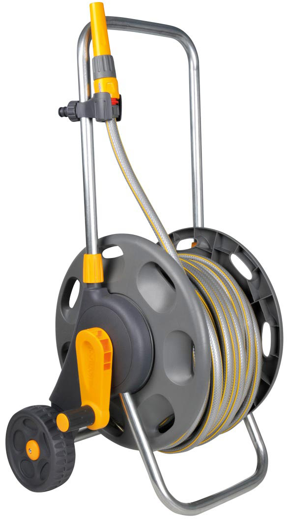 """Тележка HoZelock 2434 сборная для шланга длиной 60 м, 12,5 (1/2"""") мм в диаметре. Комплект с катушкой: Select 12,5 мм 30 м, Коннектор Клаcсик (12,5 мм и 15 мм) 2070, Коннектор Клаcсик с Аквастоп (12,5 мм и 15 мм) 2075, Наконечник для шланга 2292, Коннектор для крана вне помещений 1/2""""-3/4"""" (12,5 мм и 19 мм) 2184 Ключевые преимущества:• Поставляется в со всеми элементами, необходимыми для полива, что позволяет Вам сразу приступить к работе • Прочная и надежная• Эргономичная ручка позволяет быстро и просто смотать шланг без перегибов и перекручиванияИзготовлена из пластика самого высокого качества, поэтому тележка справляется с трудной и длительной работой в больших садах.Небольшой диаметр внутреннего барабана и приводная ручка значительно облегчают намотку шланга. Ширина тележки и низкий центр тяжести обеспечивают максимальную устойчивость. Мобильность: Тележка имеет удлиненную стальную буксировочную рукоятку с мягким покрытием, большие рифленые колеса из мягкого пластика и стальную ось, что позволяет плавно перемещать тележку по участку.Простота хранения: Буксировочная рукоятка может быть отрегулирована по высоте, а также складывается для удобства хранения в сарае или гараже."""