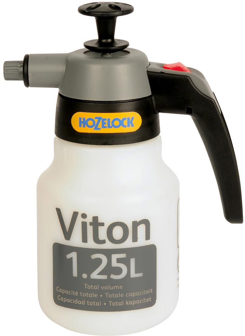 Опрыскиватель HoZelock 5102 Viton 1,25 л  Промышленный опрыскиватель повышенной прочности, для распыления агрессивных химических веществ.  Оснащен фторкаучуковыми изоляционными уплотнениями Viton, в 4 раза более стойкими, чем универсальные уплотнения. Легко накачиваемый насос. Фиксация потока для продолжительного распыления.  Регулировка сопла от тонкой струи до распыления.