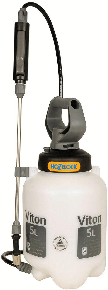 Опрыскиватель HoZelock Viton, 5 л5505Опрыскиватель HoZelock 5505 Viton 5 лПромышленный распылитель, позволяющий применять агрессивные химические вещества. Специальные фторкаучуковые изоляционные уплотнения Viton в 4 раза более стойкие к воздействию агрессивных жидкостей, чем универсальные уплотнения. Максимальный уровень заполнения – 3 литра (для обеспечения достаточного воздушного пространства в емкости для сжатия под давлением). Помпа, распыляющая насадка и сопло изготовлены из нержавеющей стали для устойчивости к агрессивным веществам. Утолщенная, более прочная емкость, одобренная TUV (обществом технического надзора в Германии). Инновационная технология «last drop» обеспечивает расход раствора целиком, до последней капли. Удобная и прочная ременная оснастка для переноски распылителя.