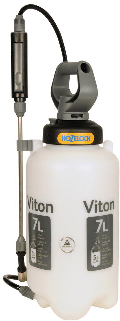 Опрыскиватель HoZelock Viton, 7 л5507Опрыскиватель HoZelock 5507 Viton 7 л Промышленный распылитель, позволяющий применять агрессивные химические вещества. Специальные фторкаучуковые изоляционные уплотнения Viton в 4 раза более стойкие к воздействию агрессивных жидкостей, чем универсальные уплотнения. Максимальный уровень заполнения – 5 литров (для обеспечения достаточного воздушного пространства в емкости для сжатия под давлением). Помпа, распыляющая насадка и сопло изготовлены из нержавеющей стали для устойчивости к агрессивным веществам. Утолщенная, более прочная емкость, одобренная TUV (обществом технического надзора в Германии). Инновационная технология «last drop» обеспечивает расход раствора целиком, до последней капли. Удобная и прочная ременная оснастка для переноски распылителя.
