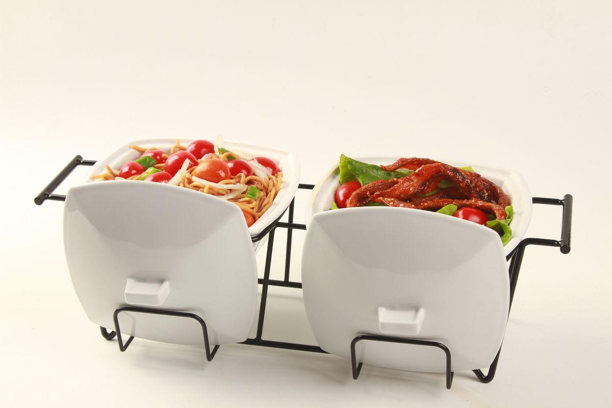 Керамические мармиты Frank Moler изготовлены из высококачественной термостойкой керамики. Керамические чаши с удобными ручками располагаются на стальной подставке с двумя подсвечниками для чайных свечей. Свечи, устанавливающиеся на подставке, нагревают чашу снизу и обеспечивают поддержание нужной температуры приготовленного блюда. Благодаря своему элегантному дизайну, мармит с приготовленным блюдом можно сразу подавать на стол, не перекладывая еду на сервировочные тарелки.Подходит для использования в микроволновой печи и духовке. Равномерно сохраняет тепло долгое время. Можно мыть в посудомоечной машине. Материал: термостойкая керамика. Размер: 43 х 19 х 20 см. Объем: 0,9 л + 0,9 л.