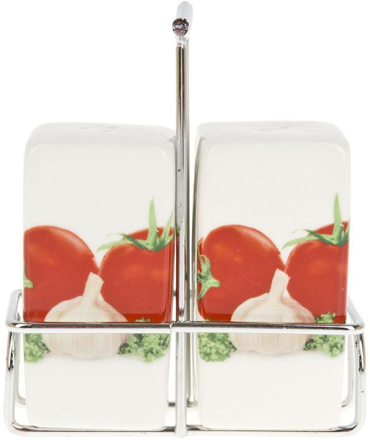 """Набор для специй """"Кулинарный мир"""" изготовлен из фарфора. Компактная металлическая подставка, входящая в набор, делает его еще более функциональным и удобным в использовании. Оригинальный яркий дизайн станет эффектным акцентов в вашей кухне."""