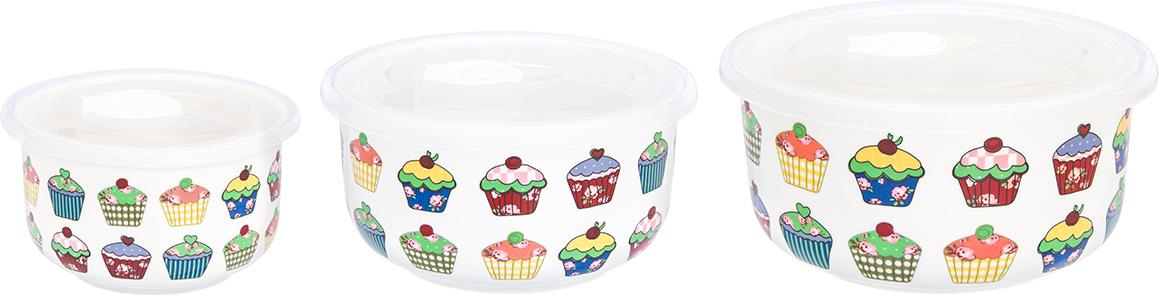 """Набор салатников с крышками """"Пирожное"""" - прекрасный и функциональный набор посуды для сервировки и хранения продуктов. В набор входят салатники объемом 300 мл, 560 мл и 910 мл. Все салатники идут в комплекте с пластиковыми крышками, которые плотно прилегают к салатникам и имеют специальную выемку для удобного использования. Чтобы открыть салатник, поднимите круглую пробку на крышке и поднимите крышку. Чтобы крышка закрылась наиболее плотно, закройте салатник крышкой с поднятой пробкой, а затем опустите пробку - это позволит добиться наибольшей плотности и герметичности. Салатники выполнены из качественного фарфора, легко моются в посудомоечной машине и их можно использовать в микроволновой печи. Салатники компактно хранятся - все три легко помещаются друг в друга."""