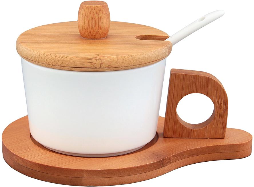 """Сахарница из серии """"Айсберг"""" объемом 170 мл с деревянной крышкой, фарфоровой ложкой и деревянной подставкой выполнена из высококачественного фарфора и натурального бамбука. Теплое цветовое решение, изящный дизайн и удобство использования делают эту сахарницу желанным подарком любой хозяйке. У сахарницы широкое горло, которое удобно мыть, а бамбуковая крышка не позволит сахару намокнуть.  Сахарница Elan Gallery """"Айсберг"""" несомненно впишется в любой интерьер благодаря лаконичному дизайну, натуральным материалам и высокой функциональности. Такому подарку будет рада любая хозяйка!  Диаметр сахарницы (по верхнему краю): 8,5 см. Размер подставки: 15 х 11 х 5 см.  Длина ложки: 13 см."""
