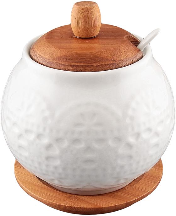 """Сахарница из серии """"Белое кружево"""" объемом 600 мл с деревянной крышкой, фарфоровой ложкой и деревянной подставкой выполнена из высококачественного фарфора и натурального бамбука. Теплое цветовое решение, изящный рельефный рисунок на фарфоре и удобство использования делают эту сахарницу желанным подарком любой хозяйке. У сахарницы широкое горло, которое удобно мыть, а бамбуковая крышка не позволит сахару намокнуть.  Фарфоровая сахарница """"Белое кружево"""" несомненно впишется в любой интерьер благодаря лаконичному дизайну, натуральным материалам и высокой функциональности. Такому подарку будет рада любая хозяйка!  Объем сахарницы: 600 мл. Диаметр сахарницы: 11 см.  Высота сахарницы: 12 см."""
