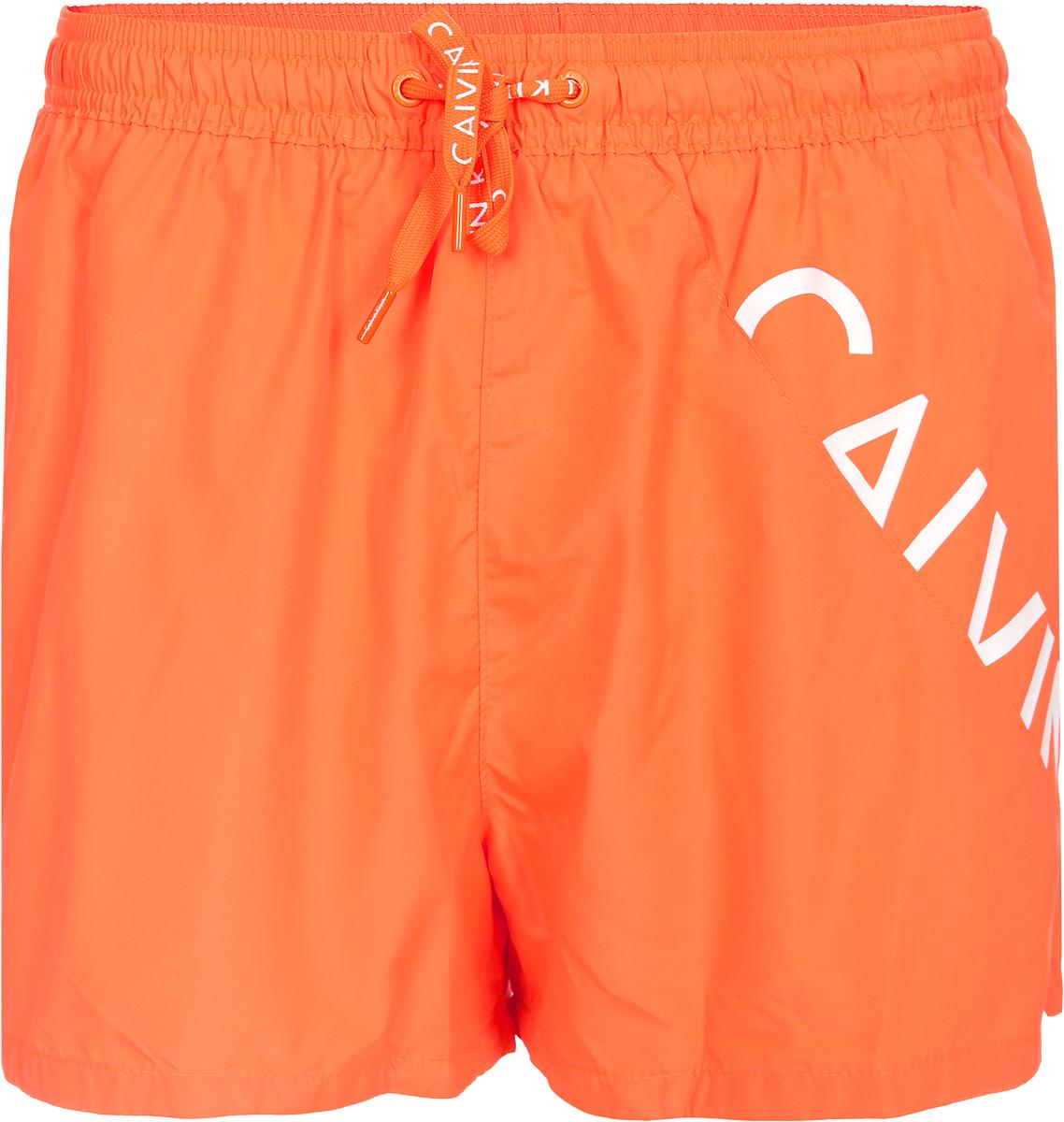 Шорты для плавания мужские Calvin Klein Underwear, цвет: оранжевый. KM0KM00161_807. Размер XL (54)KM0KM00161_807Мужские шорты для плавания Calvin Klein Underwear выполнены из быстросохнущего материала. Модель имеет широкую эластичную резинку на поясе. Объем талии регулируется при помощи шнурка. Шорты дополнены одним накладным карманом сзади.