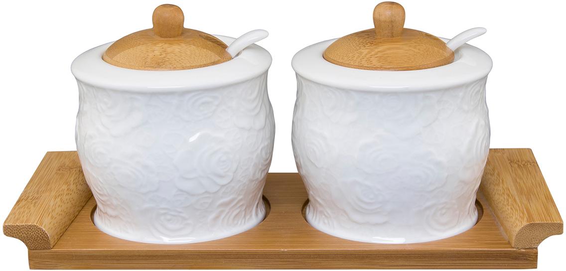 """Набор банок Elan Gallery """"Белые розы"""" изготовлен из фарфора и оформлен в оригинальном дизайне. Гладкая и ровная поверхность обеспечивает  легкую очистку. Набор состоит из подставки, двух банок с крыжками и двух ложек. Изделия предназначены для хранения сыпучих продуктов, чая и  кофе.  Объем: 340 мл"""