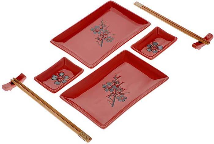 """Набор для суши """"Цветок на красном"""" идеально подойдет для грамотной и   красивой сервировки   стола на две персоны. В набор входят два комплекта деревянных палочек,   две подставки для палочек, 2 тарелки для роллов,  2 тарелки для соуса. Все   это уложено в картонный ящичек с прозрачной   крышкой из пластика.  Набор для суши - это прекрасный подарок для ваших друзей или   родственников, который подарит новые ощущения во время трапезы, а   также придаст вашему интерьеру восточный колорит.       Характеристики: Материал: фарфор, дерево. Длина палочки: 22,5 см. Размер подставки: 5 см х 1 см. Размер тарелки для роллов: 12,5 см х 19,5 см. Размер тарелки для соуса: 9 см х 6 см. Страна: Китай."""