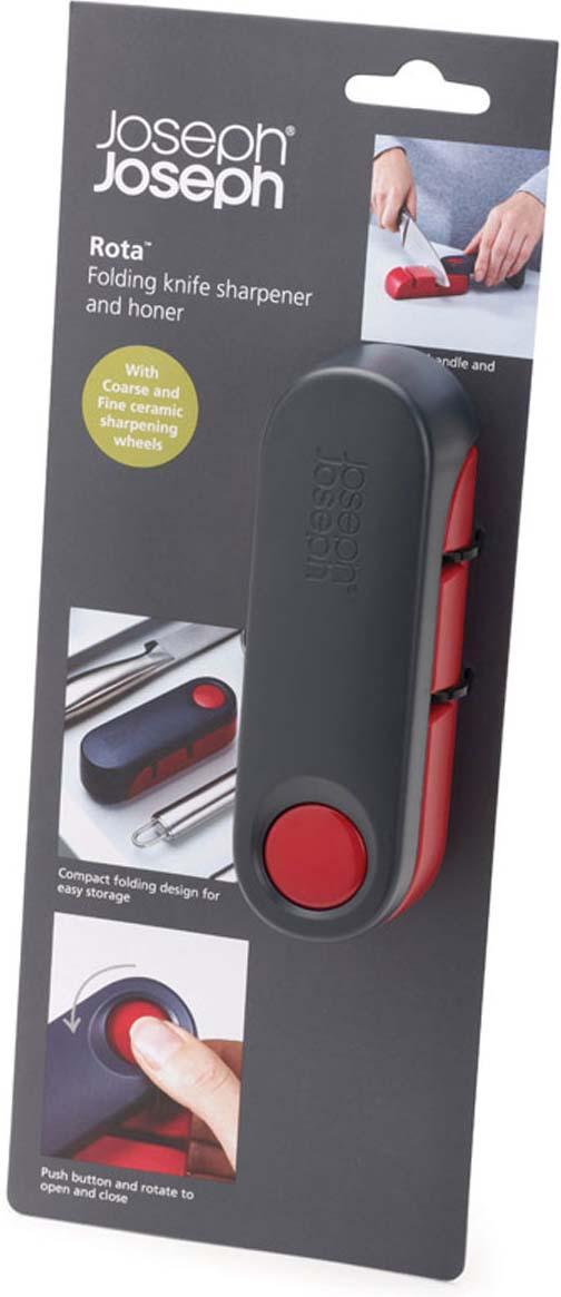 """Ножеточка Joseph Joseph """"Rota"""" изготовлена из высококачественного пластика. Уникальный дизайн ножеточки   Joseph Joseph """"Rota"""" с вращающейся крышкой помогает выполнить сразу две функции: во-первых, открыв   ножеточку, вы сразу обеспечиваете себя удобной ручкой, которая позволяет плотно прижать ее к столешнице. А   во-вторых, после заточки ножа, инструмент аккуратно складывается, что экономит место в вашем кухонном ящике.   Ножеточка имеет две прорези (с крупнозернистой и мелкой заточкой), которые позволяют точно и тонко   наточить ножи разного формата. Нескользящее основание добавляет устойчивости при работе. Ножеточка Joseph Joseph """"Rota"""" станет незаменимой на вашей кухне.   Длина ножеточки (в развернутом виде): 19,5 см. Ширина ножеточки: 4 см. Высота ножеточки: 4 см."""